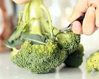 У брокколи обрежьте соцветия