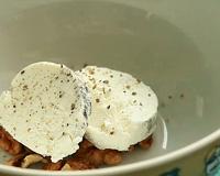 Выложите грецкие орехи и сыр на тарелку