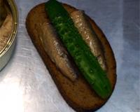 Выложите на бутерброд огурец